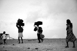 refugees-travelling-light